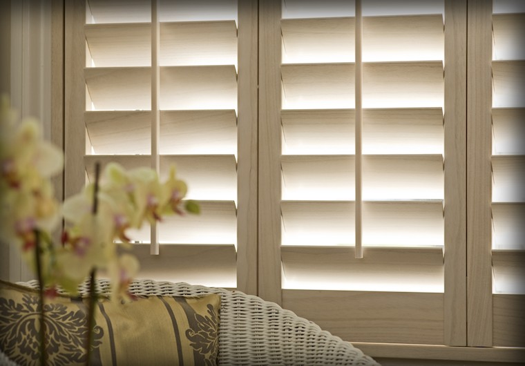 Why choose real wood interior window shutters over any for Interieur shutters